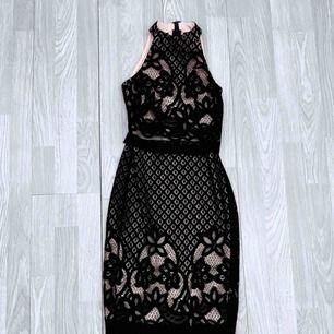Svart/beige klänning med spets från asos storlek 32, fint skick.  Möts upp i Stockholm eller fraktar.  Frakt kostar 59kr extra, postar med videobevis/bildbevis. Jag garanterar en snabb pålitlig affär!✨