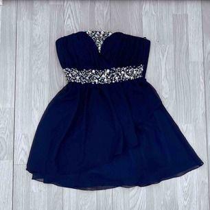 Kort mörkblå klänning från Oneness storlek S i fint skick.  Möts upp i Stockholm eller fraktar.  Frakt kostar 54kr extra, postar med videobevis/bildbevis. Jag garanterar en snabb pålitlig affär!✨