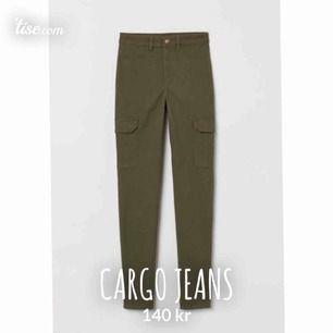Säljer mina älskade cargo jeans, dem är i väldigt fint skick då dem inte kommit till användning så ofta. (Den första bilden är från internet). Byxorna är storleken 36 = S, och är högmidjade! 140 + frakt