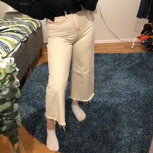 """Ett par krämvita bdg jeans i modellen """"flood"""", köpta second hand men jättebra skick! Frakten ingår i priset🥰"""