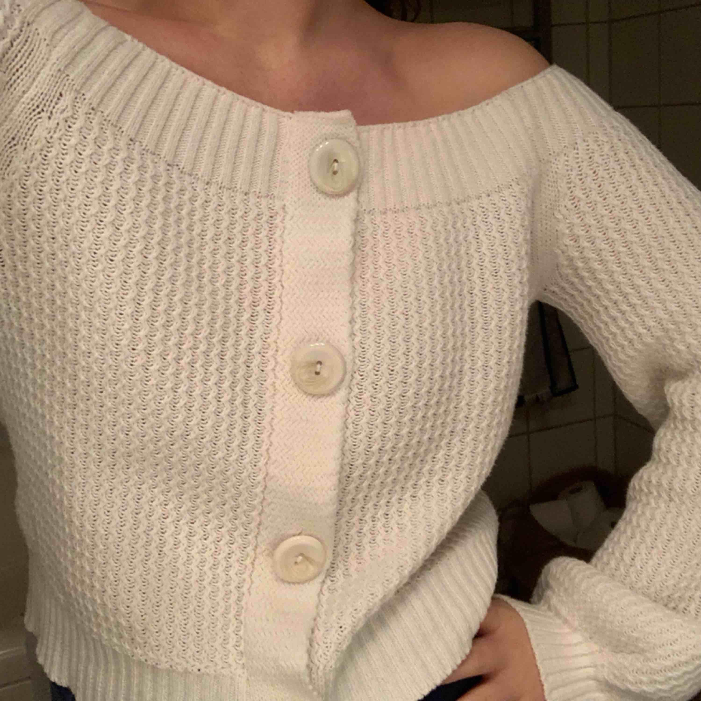 En så fin kofta/tröja från Asos i off shoulder modell. Använd vid ett tillfälle. Den är gjord så att den inte går att öppna vid knapparna så blir mer som en tröja snarare än kofta, men så fin.. Tröjor & Koftor.