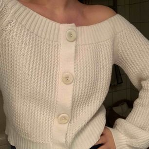En så fin kofta/tröja från Asos i off shoulder modell. Använd vid ett tillfälle. Den är gjord så att den inte går att öppna vid knapparna så blir mer som en tröja snarare än kofta, men så fin.