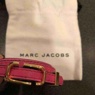 Ett läderarmband från Marc Jacobs. Fick det i födelsedagspresent men har inte kommit till användning. Helt nytt. Fraktas.