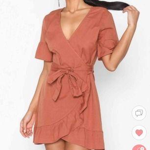 Superfin klänning från nelly, aldrig använd då den tyvärr är lite för stor på mig:( (bilderna från hemsidan är mer likt färgen) frakten ingår i priset