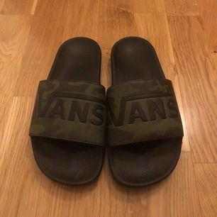 Vans slippers i camo sparsamt använda
