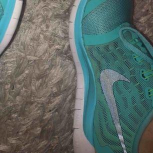 Spring skor storlek 39  Bra skick, en aning smutsiga men det går att få bort men inga hål oså!