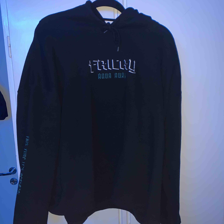 Intressekollar denna hoodie!  Fricky merch AQUA AURA hoodie 9/10 skick Passar som L/XL . Huvtröjor & Träningströjor.