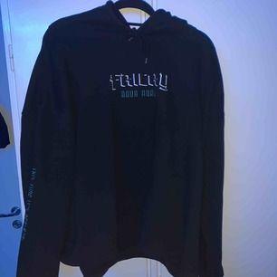 Intressekollar denna hoodie!  Fricky merch AQUA AURA hoodie 9/10 skick Passar som L/XL