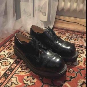 Låga kängor, snarlika Dr Martens, stålhätta, knappt använda, bra skick! Producerade av Underground Shoes, made in England. Nypris ca 2000. Köparen står för frakt! <3