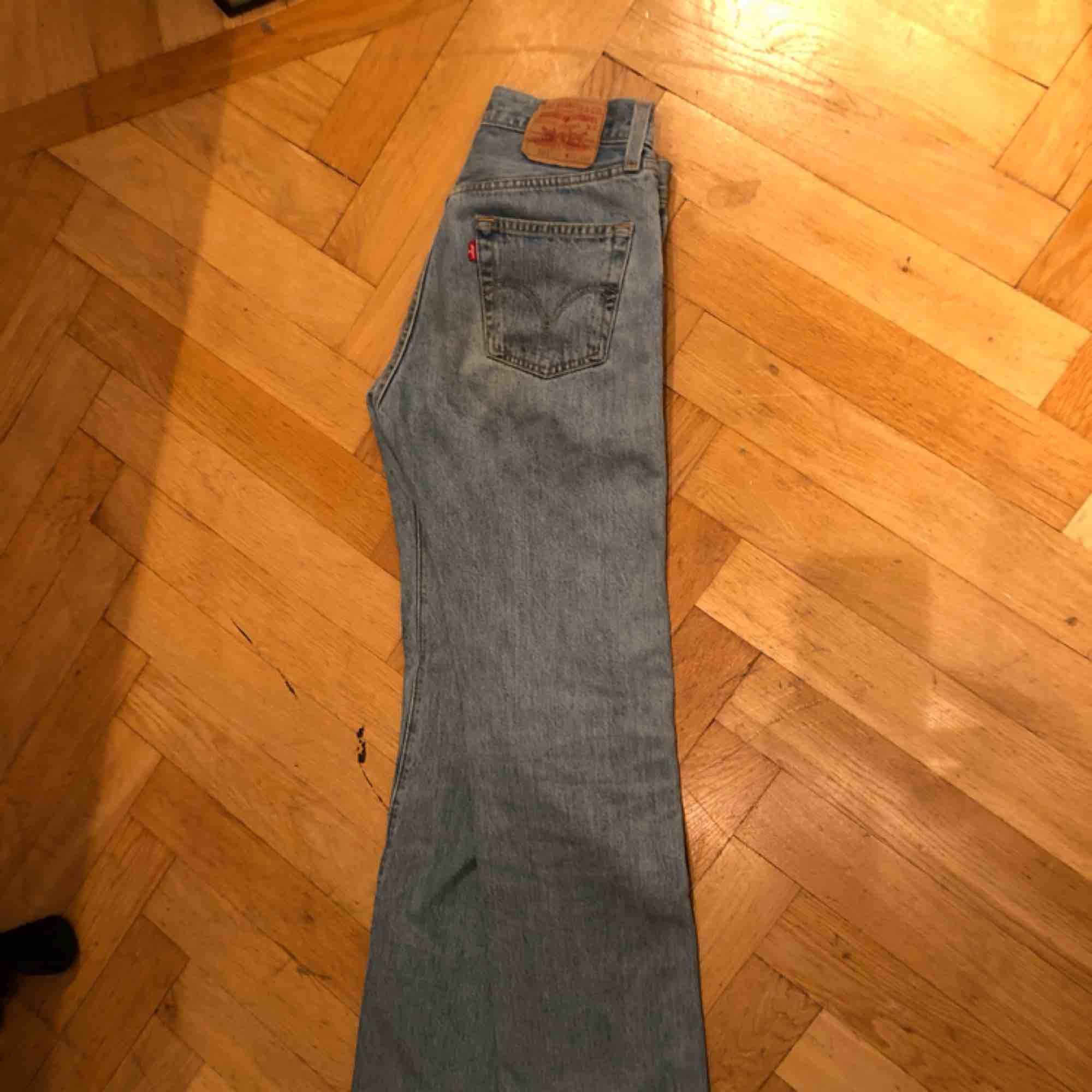 501 modellen. Dem är raka. Passar 26/27. Är 167 och dem är lite långa på mig.. Jeans & Byxor.