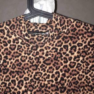 säljer denna poppis tröja från monki. knappt använd, bra skick!!! skriv för mer bilder/info