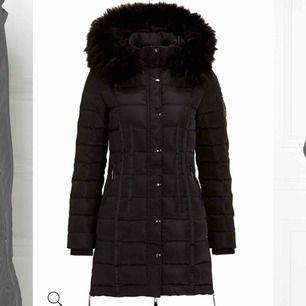 Säljer min Chiara Forthi jacka i modellen Champoluc Down Jacket. Använd under en halv vintersäsong förra året så den är i ett jätte fint skick. Nypris: 1999:-  (Ingen päls på)