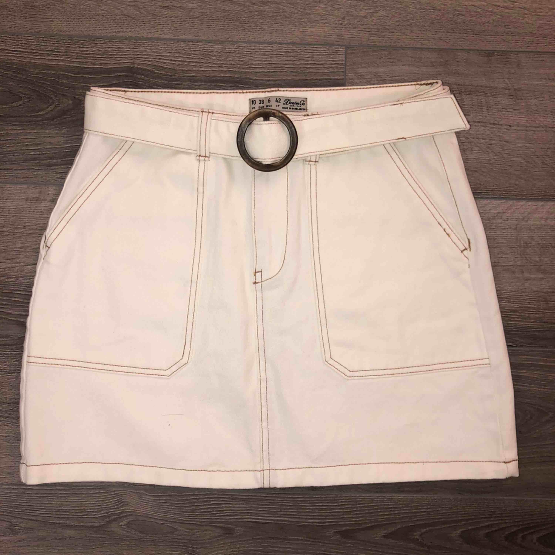 FRAKTEN ÄR INRÄKNAD I PRISET✅ Säljer min vita kjol från primark då den aldrig används längre! Kjolen har synliga sömmar och det tillkommer ett bälte. Storleken är 38 (passar ungefär XS-S) ☺️. Kjolar.