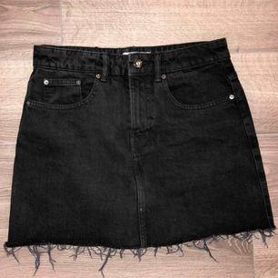 Superfin svart jeanskjol från ZARA med fransar nedtill!!👊🏽 Knappt använd och i jättefint skick, kjolen är i storlek K men skulle verkigen säga att den snarare passar XS/S. Frakt tillkommer!