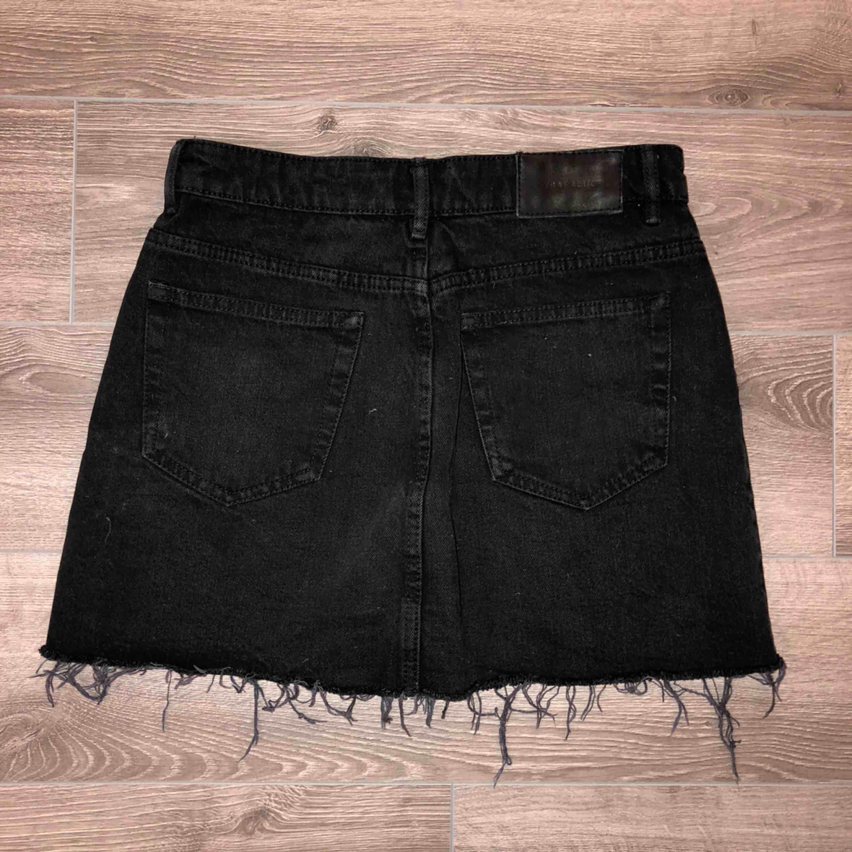 Superfin svart jeanskjol från ZARA med fransar nedtill!!👊🏽 Knappt använd och i jättefint skick, kjolen är i storlek K men skulle verkigen säga att den snarare passar XS/S. Frakt tillkommer!. Kjolar.