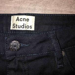 Ett par najs svarta, raka jeans ifrån Acne Studios!⚡️🎸 Säljer då dem är för små för mig, aldrig använda. De passar XS/S ☺️ Frakt tillkommer!