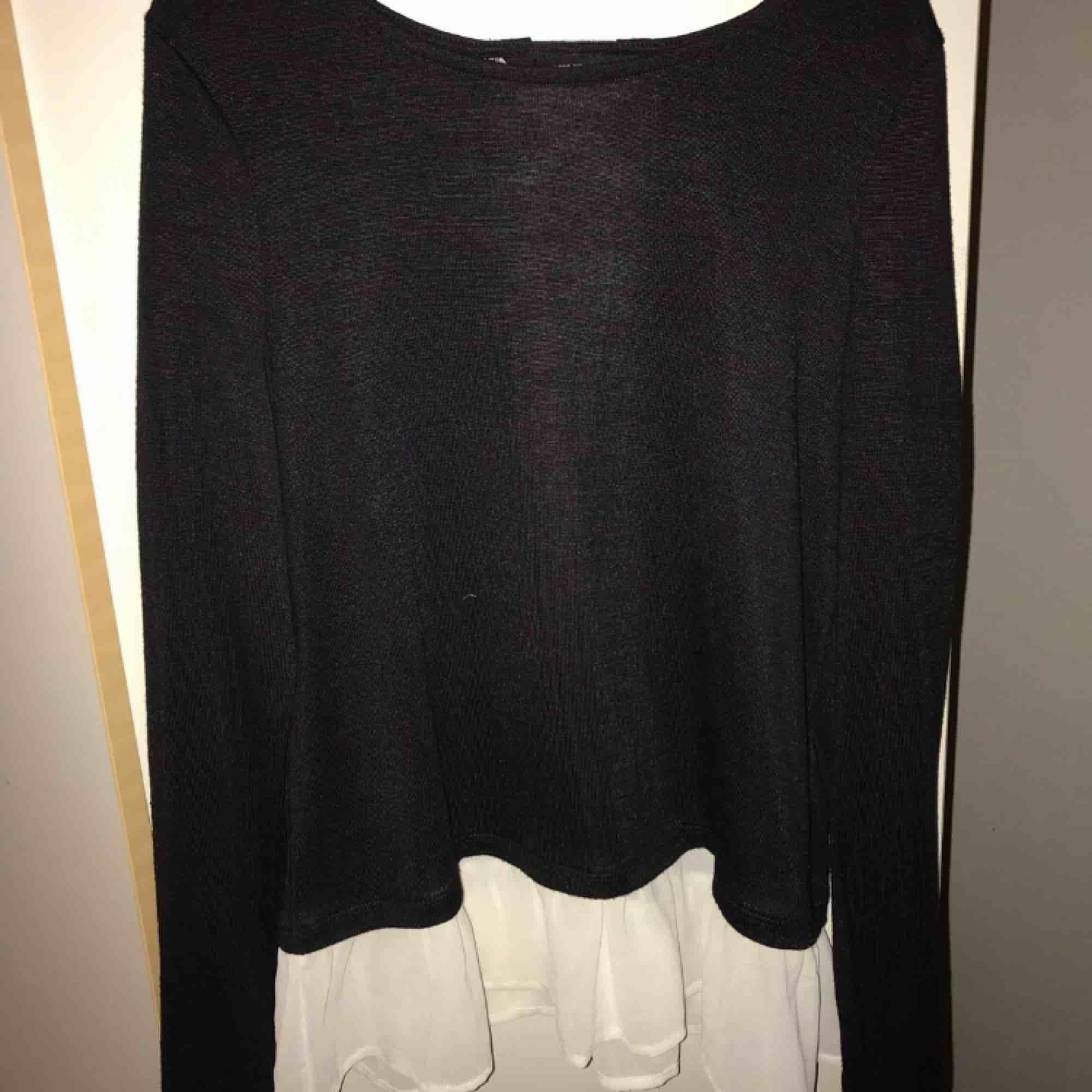 Mörkblå tröja med vita detaljer. Har fin snörning där bak och är i storlek XS men är lite större i modellen. Köpt från Vero Moda knappt använd. Finns att hämta i Göteborg annars frakt :). Blusar.