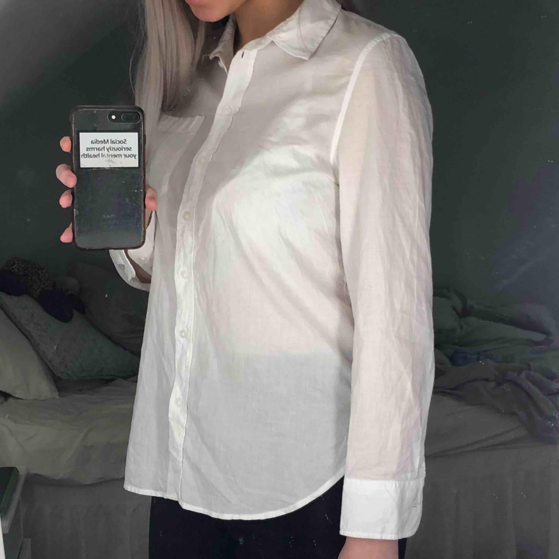 Basic men snygg vit skjorta från H&M, kan bäras som den är eller under andra plagg☺️ Storleken är S och skjortan är i väldigt fint skick. Frakt tillkommer! . Skjortor.
