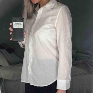 Basic men snygg vit skjorta från H&M, kan bäras som den är eller under andra plagg☺️ Storleken är S och skjortan är i väldigt fint skick. Frakt tillkommer!
