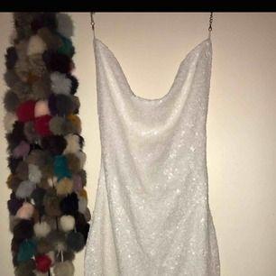 Glittrig vit paljettklänning från Shein, aldrig använt då den är för liten. Storleken är XS och har öppen rygg samt är lite urringad (se bild på modell). :)