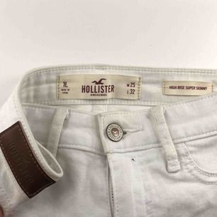 Säljer mina vita jeans från HOLLISTER med slitningar på båda benen!💥 Används inte därav säljer jag dem, men dom är i mycket fint skick☺️ Storlek: W:25 L:32  Frakt tillkommer!