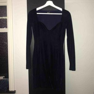 Midnattsblå klänning i sammet. Figurnära med djup urringning 🦋