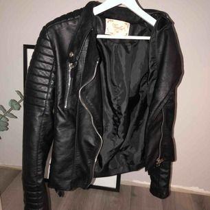 """Säljer min fina Chiquelle """"Moto jacket"""" i storlek 40 då jag har dubbletter👊🏽  (passar strl XS-M) Jackan är i superfint skick och har silvriga detaljer, alla dragkedjor fungerar☺️ Frakt tillkommer!"""