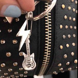 (Lägger ut igen) halsband och nyckelring, med blixt eller elgitarr☠️⚡️🎸65 kr styck⭐️ tror hålet på elgitarren är för liten för nyckelringen så den kommer hänga i en säkerhetsnål som sedan hänger i själva nyckelringen💓(se bild)
