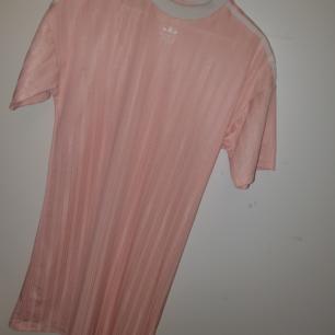 Ljusrosa adidasklänning i strl 36/S endast provad men är för snabb att dra bort tagsen. Loose fit, superfin.  (Jag är en xs/s och föredrar tajtare modeller)  nypris 449:- mitt pris 340:-