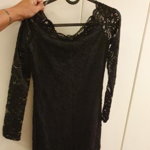 Helt ny oanvänd spetsklänning med nakna axlar. superfin! strl 36.  Finns i Märsta. 150:- Swish föredras ☺