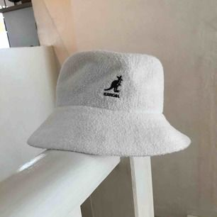 Säljer denna Kangol Bermuda bucket hat.  Hatten är i nyskick, använd kanske 2 gånger. Kan mötas upp i sthlm, alternativt skicka varan (60kr).