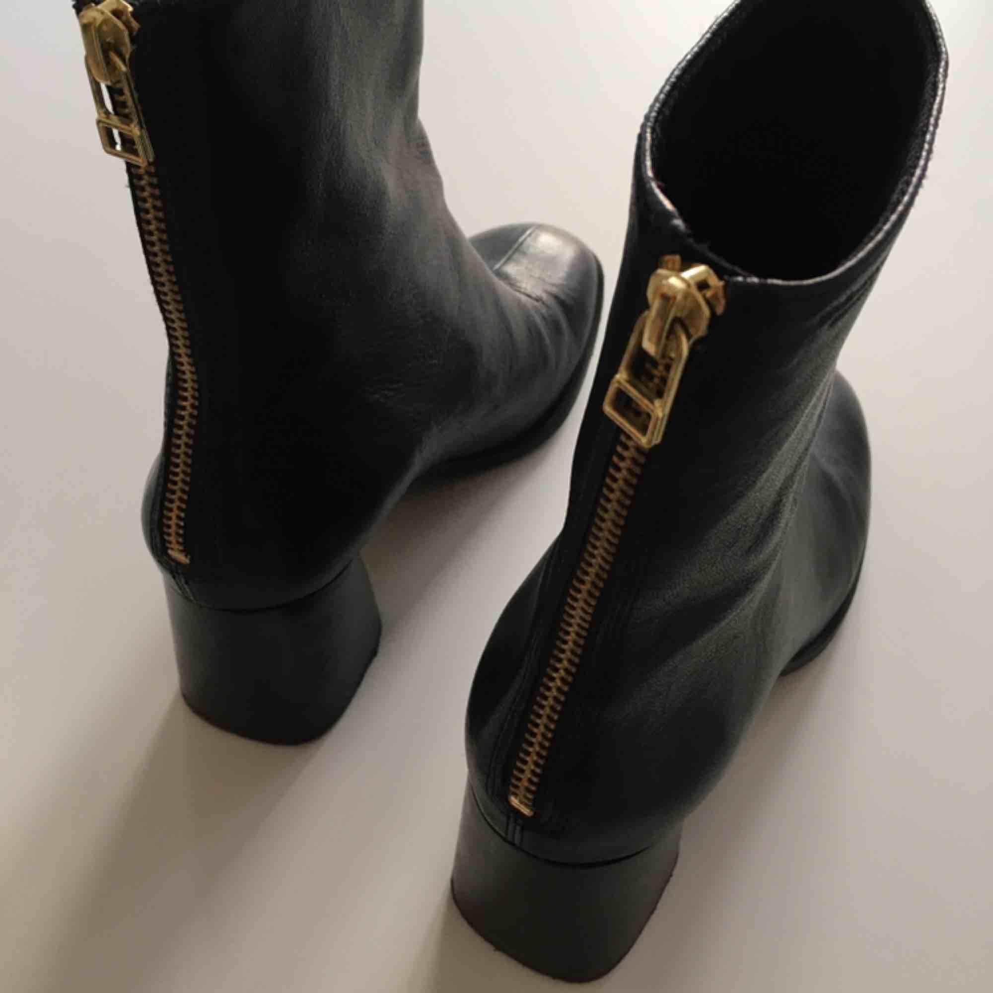 Vagabondsko Cindy i storlek 38. De är i svart läder med guldfärgad dragkedja i bak. I fint skick, men finns spår av användning. Köpare betalar frakt eller Meet up i Stockholm.. Skor.
