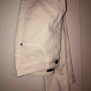 Vita jeans från Bikbok.