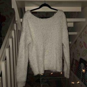 Säljer min super fina mys tröja från Nelly pga för stor strl på mig. Den är rygglös med en knut längst ner bak (se bild). Typ aldrig använd. Kan mötas i sthlm annars betalar köpare för frakt. Pris kan diskuteras!