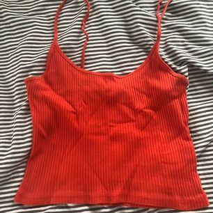 Säljer mitt koral röda linne från bikbok då den är för stor och där av inte kommer till användning😋 knappast använd och är i bra skick