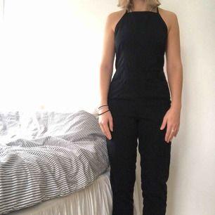 Säljer min favorit jumpsuit. Den är alldeles för liten. Jag hoppas någon annan kan ta användning av den då den är extremt fin. Använd en gång. Fint skick! 😋  Jag är 166.
