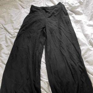 Säljer mina flowiga byxor som är raka längst benen. Fint skick. Har inte kunnat använda då dem är för små för mig!😋
