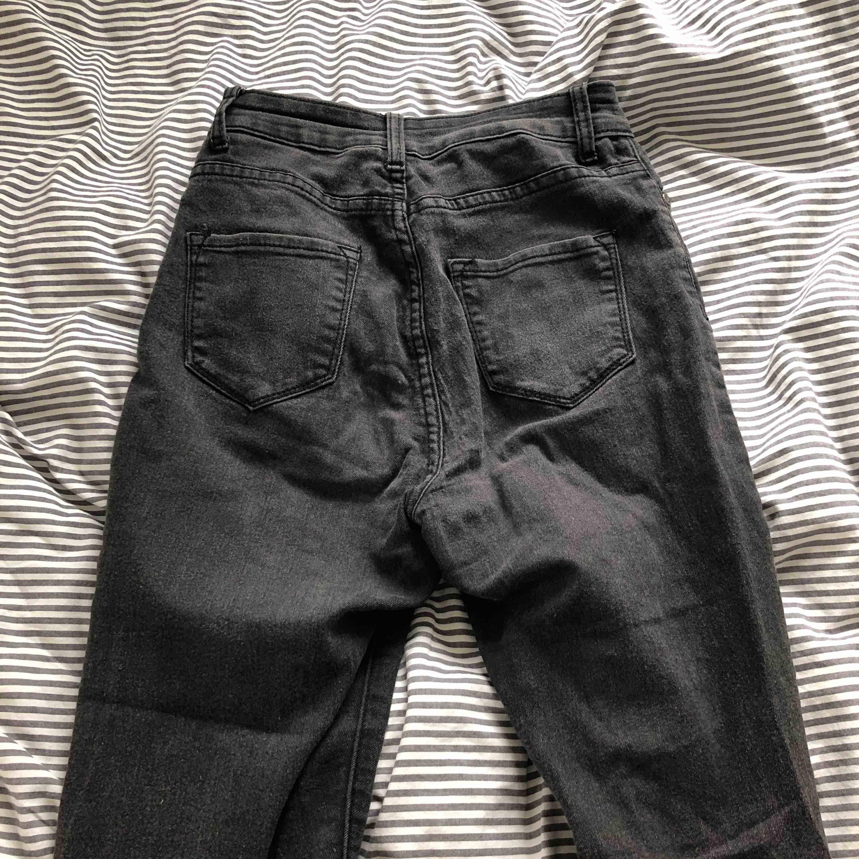 Säljer mina favorit byxor då dem är förstora för mig. Man får en extremt bra rumpa i dessa byxor och dessutom inte cameltoe! Fantastiskt sköna då dem är jätte stretchiga! Dem har blivit lite sotiga i färgen men väldigt fina tajta byxor ändå!. Jeans & Byxor.