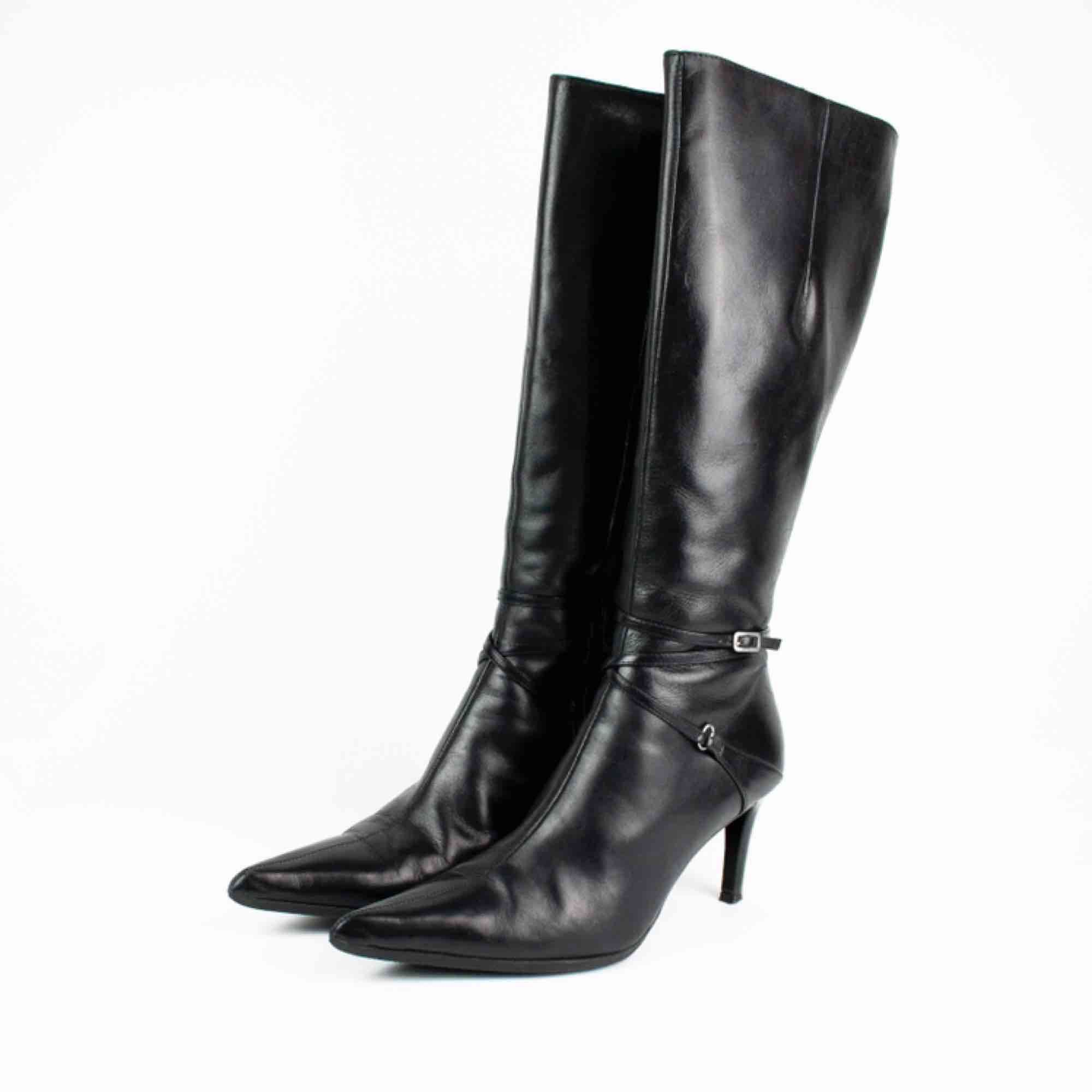 Vintage real leather knee high pointy toe high heels boots in black Label: 40, feels a bit smaller though, like 39-39.5 (note it tried only by a person with size 38 to judge) Free shipping! Read the full description at our website majorunit.com No returns. Skor.