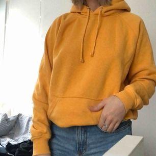 Säljer min gula hoddie från bikbok då den inte längre kommer till användning😋