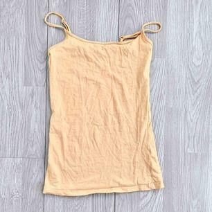 Basic beige linne storlek 32 i använt skick.    Möts upp i Stockholm eller fraktar. Frakt kostar 18kr extra, postar med videobevis/bildbevis. Jag garanterar en snabb pålitlig affär!✨