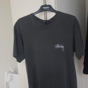 Stussy 8ball t-shirt herrstorlek M. Köpt i London i Stussy butiken för 50 pund, jag har kvar kvittot. Sparsamt använd. Funkar för båda kön. Skicka meddelande om du har frågor :)