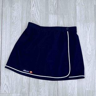 Vintage kort mörkblå kjol från Ellesse, passar en storlek S.    Möts upp i Stockholm eller fraktar. Frakt kostar 42kr extra, postar med videobevis/bildbevis. Jag garanterar en snabb pålitlig affär!✨
