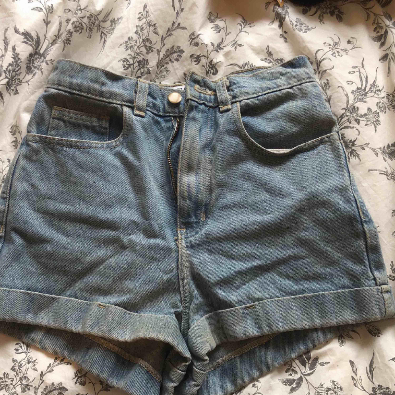 Superfina ljusblå shorts från american apparel. Hög midja. Size 26 . Shorts.