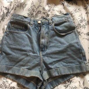 Superfina ljusblå shorts från american apparel. Hög midja. Size 26