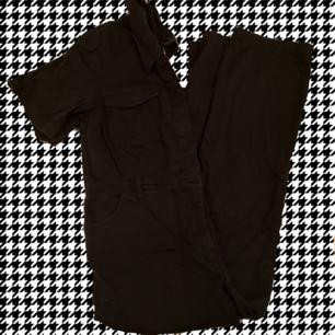 Svart jumpsuit i strlk XL, men passar mig som har strlk S/M och som gillar att ha den större. Köparen står för frakten:)
