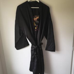 Superfin glansig kimono med drakbrodering på ryggen! Passar alla storlekar. Frakt 49kr spårbart 🌼