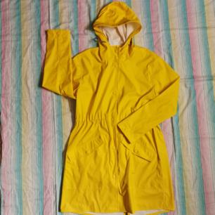 Superfin gul regnjacka! Oanvänd. Nypris 700kr. Storlek S/M. Frakt 49kr spårbart 🌼