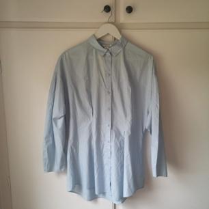 Ljusblå/babyblå skjorta med puffiga armar. Oanvänd. Storlek S/M. Frakt 18kr 🌼