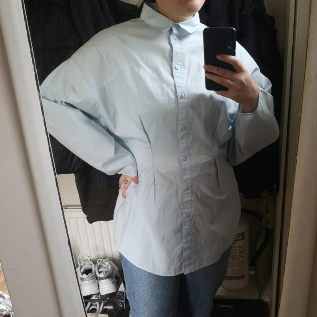Ljusblå/babyblå skjorta med puffiga armar. Oanvänd. Storlek S/M. Frakt 18kr 🌼 !!! Skriv inte om ni inte är seriösa/inte tänker köpa direkt!!!. Skjortor.